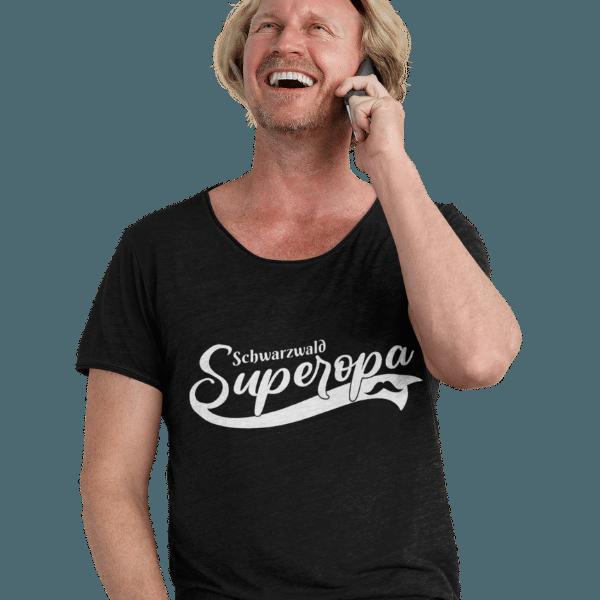 gluecklicher mann im studio mit schwarzem tshirt mit schwarzwald super opa design