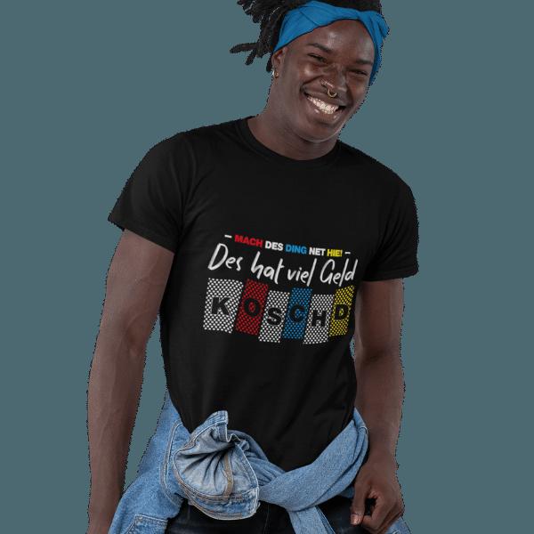 mann mit jacke um der huefte und schwarzem tshirt mit motiv alemannisch fuer anfaenger teil 0815