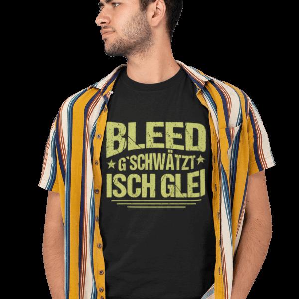 mann im studio mit hemd und schwarzem t-shirt mit motiv badisch bleed gschwaetzt