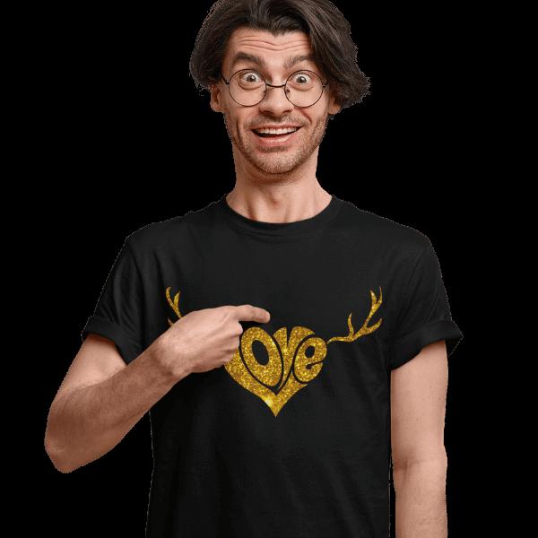 mann mit brille und schwarzem tshirt mit schwarzwald love mit geweih design
