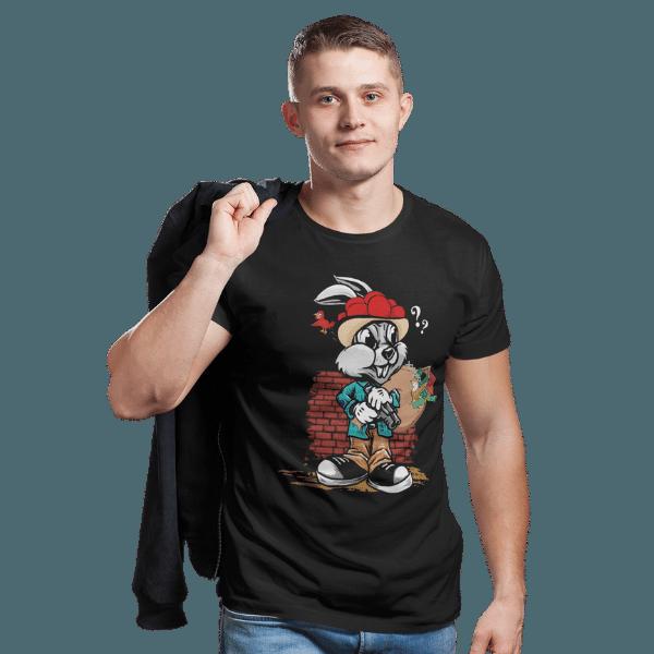 mann im studio mit jacke und schwarzem t-shirt mit logo gangster hase