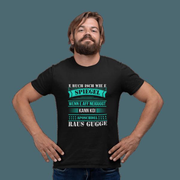 mann im studio mit schwarzem shirt mit alemannisch raus gugge motiv