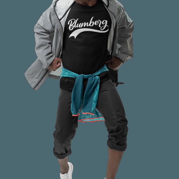 mann mit jacke und schwarzem sweatshirt mit motiv blumberg