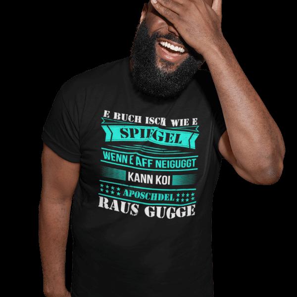 lachender mann im studio mit schwarzem tshirt mit alemannisch raus gugge motiv