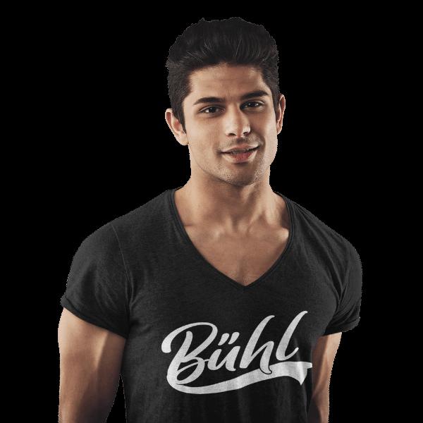 mann im studio mit schwarzem v-ausschnitt t-shirt mit motiv buehl