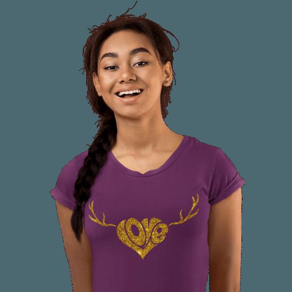 frau im studio mit lila tshirt mit schwarzwald love motiv