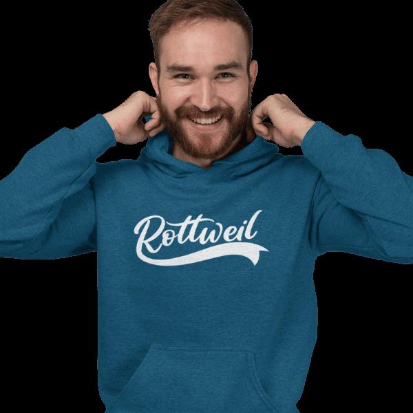 mann im studio mit bart und blauem hoodie mit rottweil design