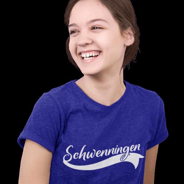 glueckliches maedchen mit blauem t-shirt mit schwenningen motiv