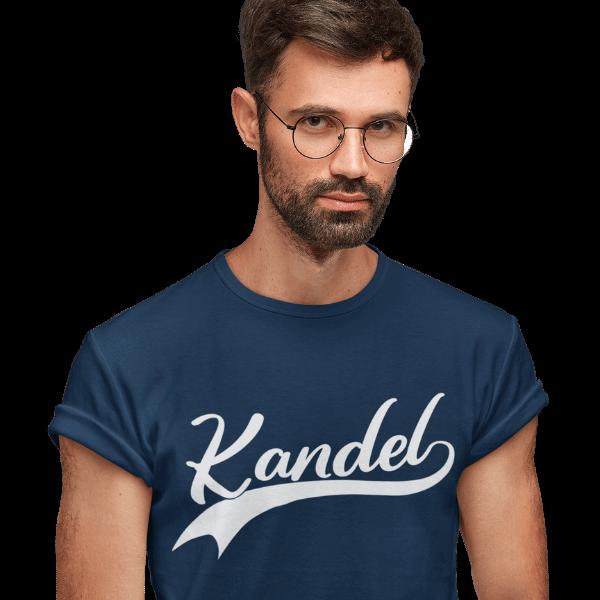 mann mit brille und blauem t-shirt mit kandel bildmotiv