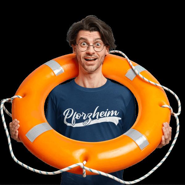 mann im studio mit schwimmring und blauem t-shirt mit aufdruck pforzheim