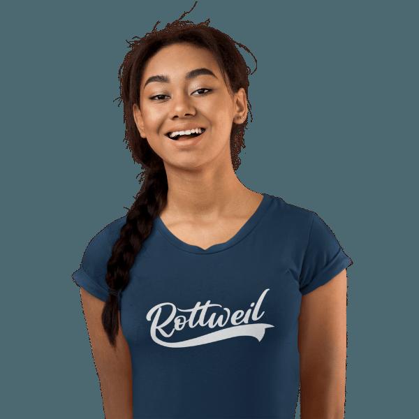 frau im studio mit langen haaren und blauem t-shirt mit rottweil logo