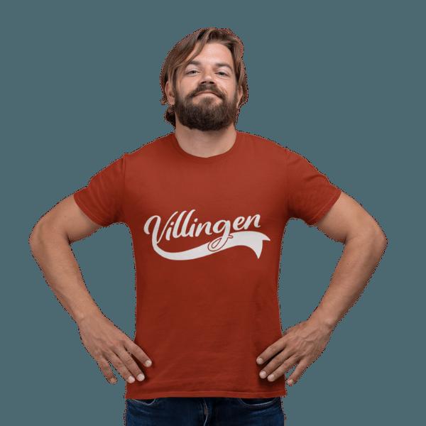 mann mit bart im studio mit rotbraunem t-shirt mit motiv villingen