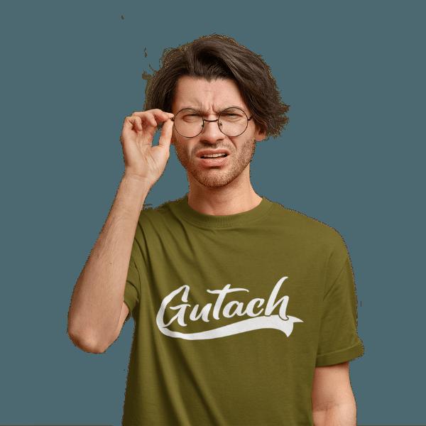 mann im studio mit brille und braunem t-shirt mit gutach design