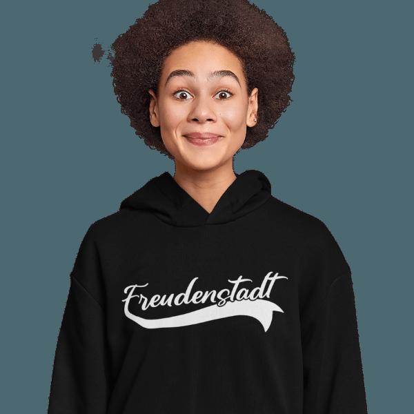 glueckliche frau im studio mit schwarzem hoodie mit freudenstadt design