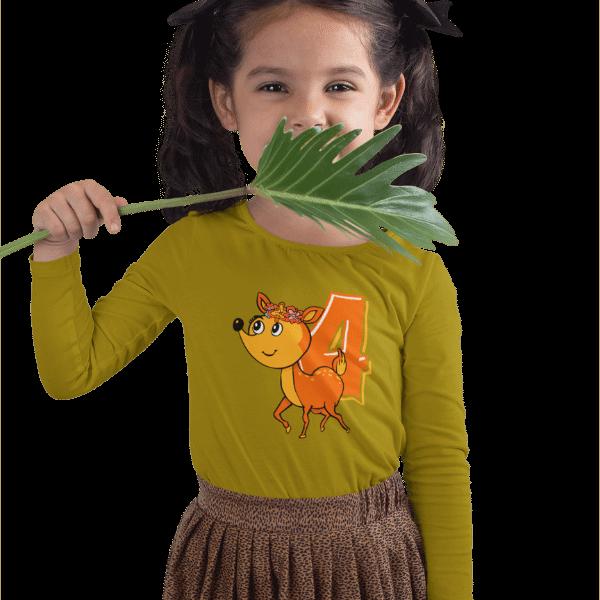 maedchen im studio mit zoepfen und gruenem langarm t-shirt mit design 4. geburtstag schwarzwald