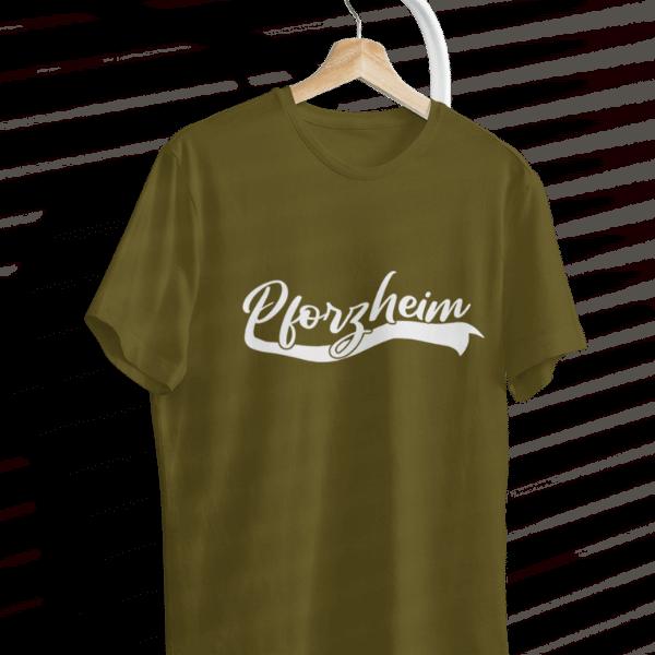 gruenes t-shirt mit kleiderbuegel mit pforzheim design