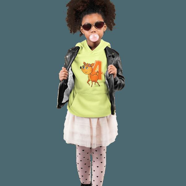maedchen im studio mit sonnenbrille und hellgruenem shirt mit 4. geburtstag schwarzwald design
