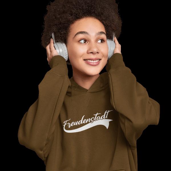 frau im studio mit kopfhoerern und braunem hoodie mit design freudenstadt