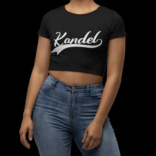 frau mit kurzem schwarzem t-shirt mit kandel design