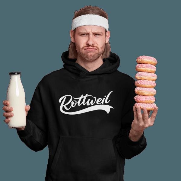 mann im studio mit milch und donuts mit schwarzem hoodie mit rottweil design