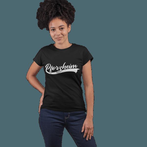 frau im studio mit schwarzem shirt mit pforzheim design