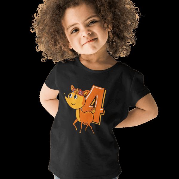 maedchen mit kurzen locken und schwarzem t-shirt mit aufdruck 4. geburtstag schwarzwald