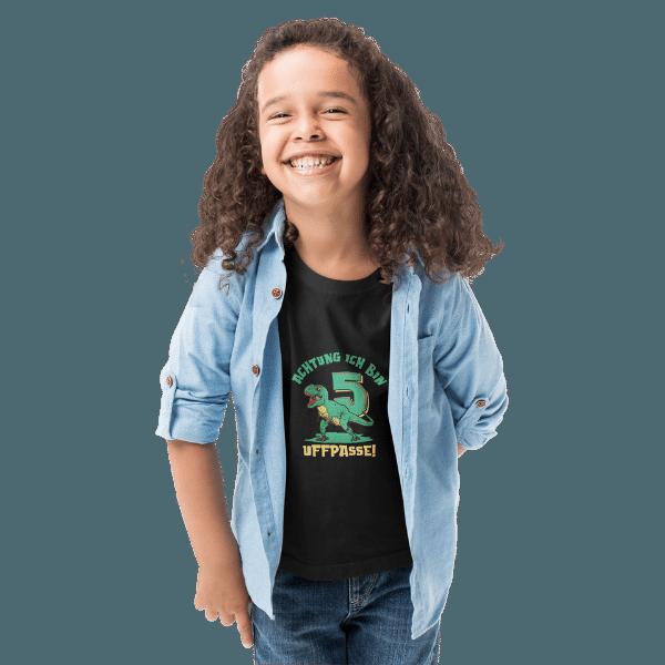 junge mit langen haaren und schwarzem t-shirt mit logo 5. geburtstag schwarzwald