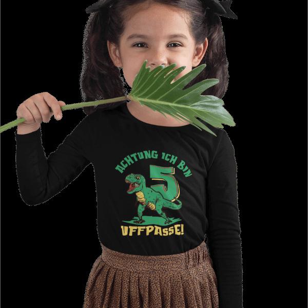 maedchen mit langen zopfen und schwarzem langarm shirt mit aufdruck 5. geburtstag schwarzwald