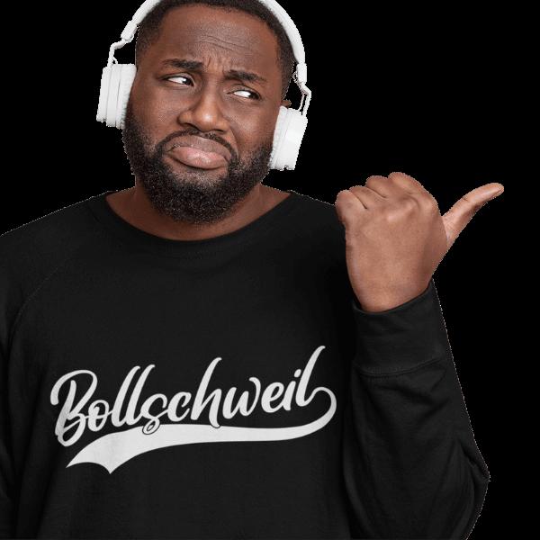 mann im studio mit kopfthoerern und schwarzem langarm shirt mit motiv bollschweil