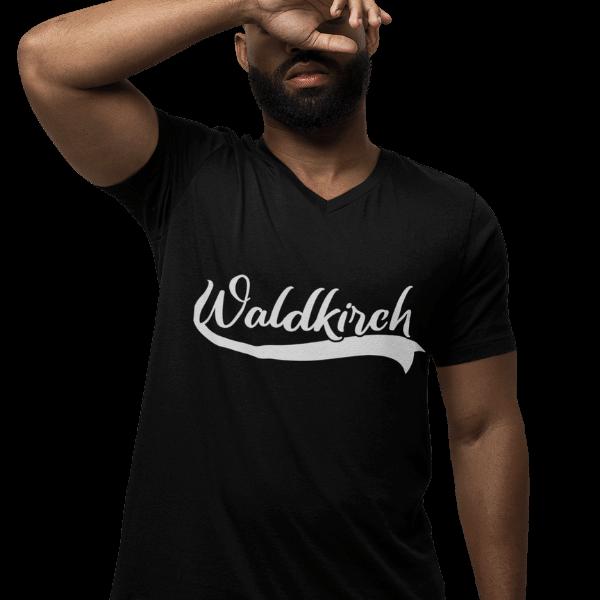 mann im studio mit schwarzem v-ausschnitt t-shirt mit bildmotiv waldkirch
