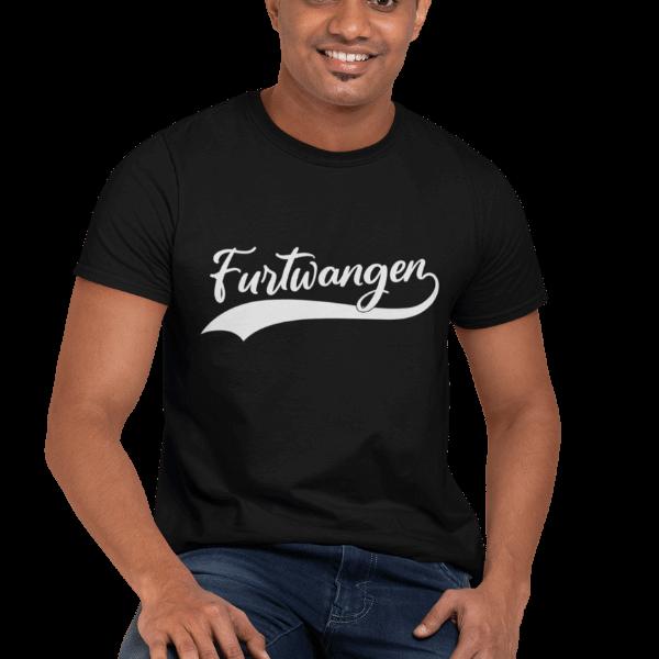 mann sitzend auf einem stuhl mit schwarzem t-shirt mit furtwangen motiv