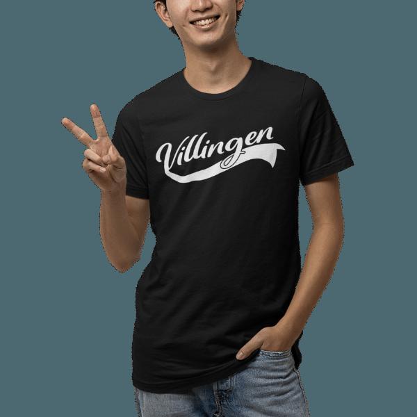gluecklicher mann im studio mit schwarzem t-shirt mit villingen motiv