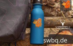 blaue trinkflasche mit bildmotiv 4. geburtstag schwarzwald
