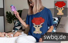 blonde frau mit baby sie traegt ein blaues tshirt mit schwarzwald baby mit bollenhut logo