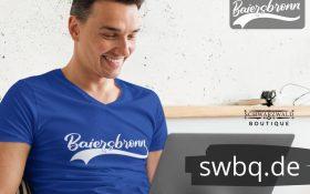 mann mit laptop und blauem t-shirt mit baiersbronn design