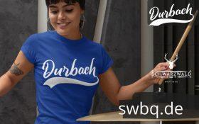 frau mit schlagzeug und blauem tshirt mit durbach design