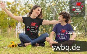frau mit kind auf der wiese beide mit tshirt mit schwarzwald schaetzli motiv