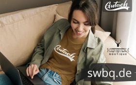 frau auf dem sofa mit braunem tshirt mit gutach motiv