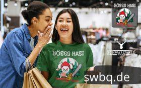 zwei frauen beim einkaufen eine frau traegt ein gruenes t-shirt mit design boeses hasi mit bollenhut