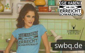 frau-mit-hellblauem-shirt-posierend-in-einer-vintage-kueche