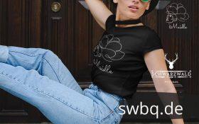 frau mit sonnenbrille und schwarzem shirt mit schwarzwald design