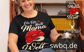 frau mit schwarzem tshirt mit logo beste mama im schwarzwald sitzend auf einer treppe mit einem Hund