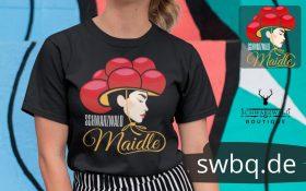 schwarzes-frauen-tshirt-mit-aufdruck-schwarzwald-maidle-kristin-mit-farbigem-hintergrund
