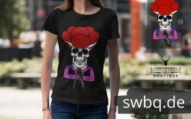 frau laufend in der strasse mit schwarzem t-shirt mit dem motiv totenkopf schwarzwaldmaedel irmgard
