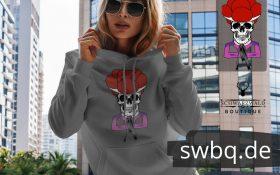 frau mit sonnenbrille und grauem hoodie mit totenkopft schwarwaldmaedel irmgard design