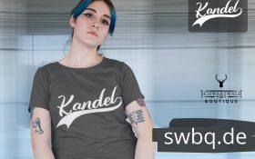 frau mit blauen haaren und tatoos mit grauem t-shirt mit kandel design