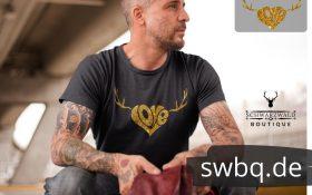 mann mit tatoos und grauem tshirt mit design schwarzwald love mit geweih