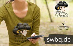gruenes langarm t-shirt mit logo schwarzwaldmaidle kristin die frau haelt ein handy in der hand