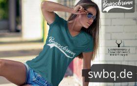 frau mit sonnenbrille und gruenem t-shirt mit baiersbronn design