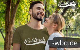 paerchen im wald und mann mit gruenem shirt mit waldkirch motiv